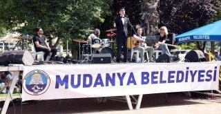 Mudanyalı gençlerşarkılarını barış için söyledi