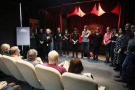 Tiyatrocular, Hariçten Gazel Okudu