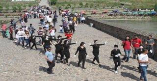 Pandomim atölyesi On Gözlü Köprüsü'nde gösteri düzenledi