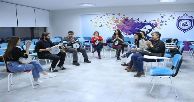 Gençler ritim kursu ile stres atıyorlar.