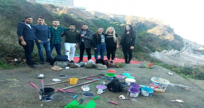 BEÜ öğrencileri Kızlar Plajı'nde yer alan merdivenleri boyadı.