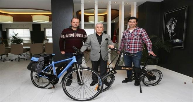 Türk mühendisler bisiklet tasarımlarını Başkan Bozbey'e tanıttı