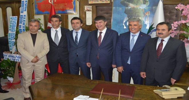 Serik Belediye Başkanlığı'na seçilen AK Partili Ramazan Çalık, makamına oturdu.