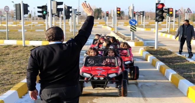 Minikler hem eğlendi hem trafik kurallarını öğrendi