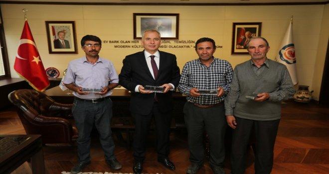 İlk ürün sevincini Başkan Osman Zolan ile paylaştılar