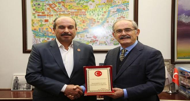 Kavacık muhtarından Büyükerşen'e teşekkür plaketi.