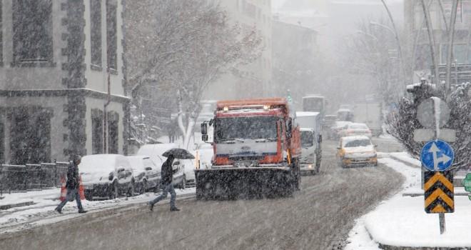 Büyükşehir'in kar timleri iş başında.
