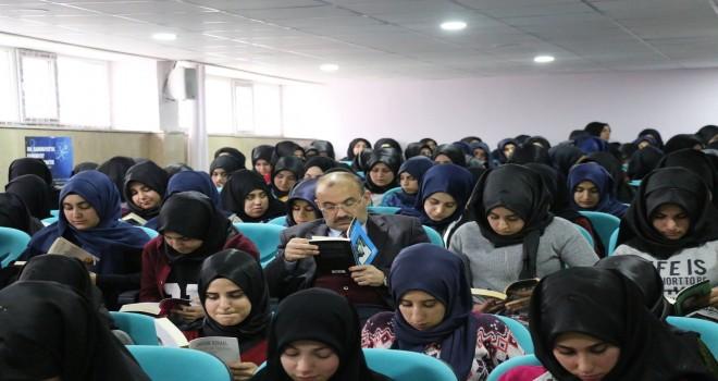 Başkan Ustaoğlu,öğrencilerle kitap okudu.