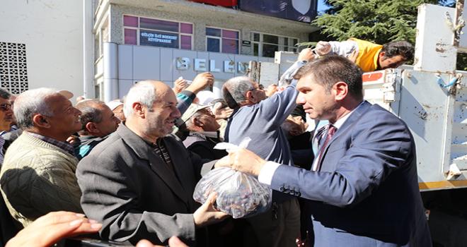 Başkan Ercengiz, 1,5 ton üzümü halka ücretsiz dağıttı